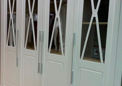 armario con vidirio y marcos