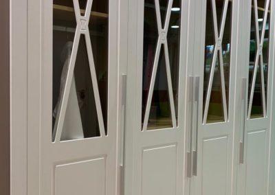 armarios con vidrio y marcos