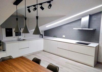 Cocina espaciosa luminosa