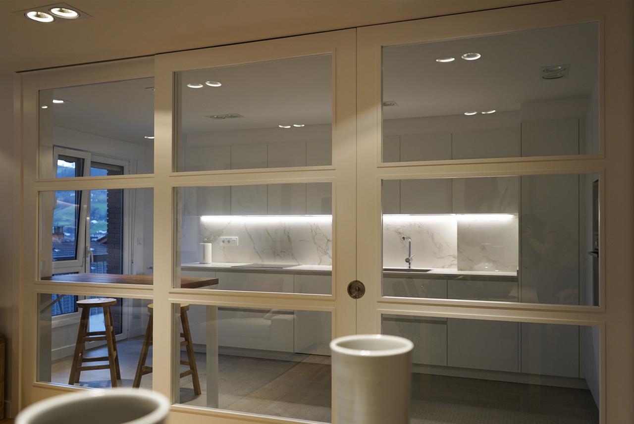 Cierre de cocina cristal con marco blanco