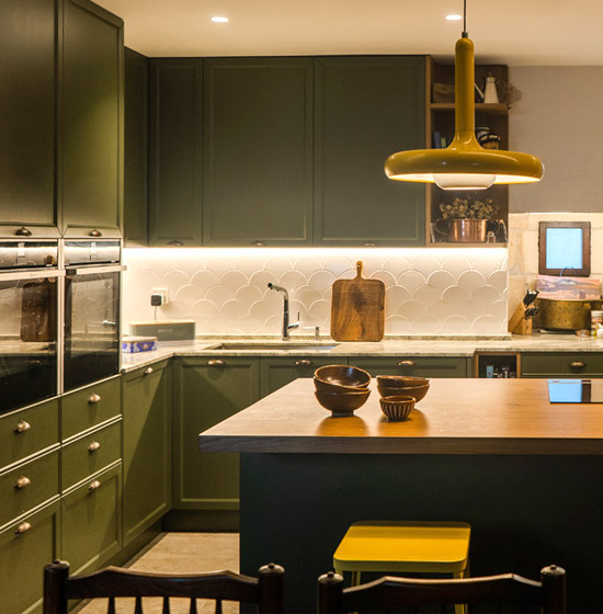 Espectacular cocina verde con isla central en Hondarribia