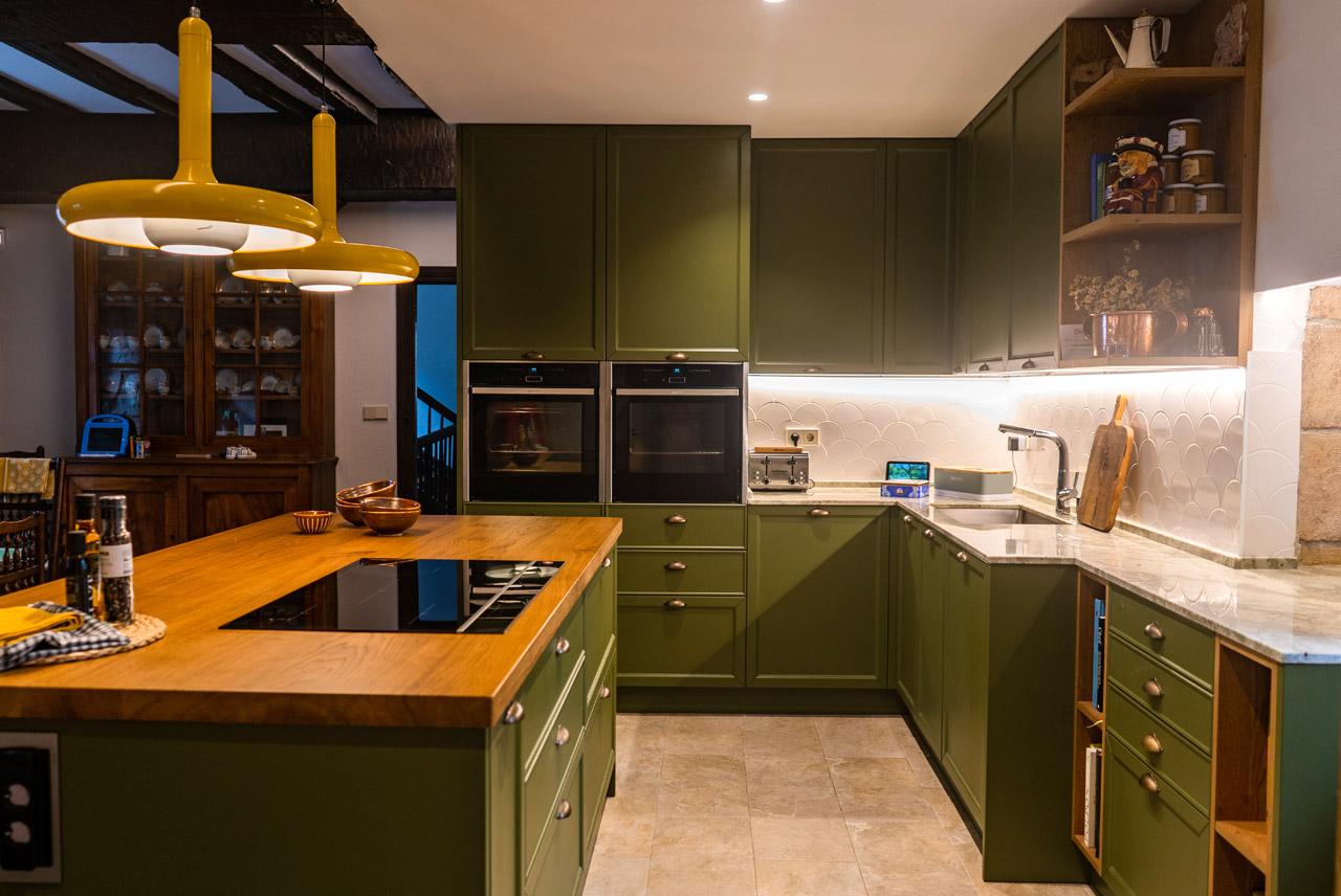 Cocina verde con isla central